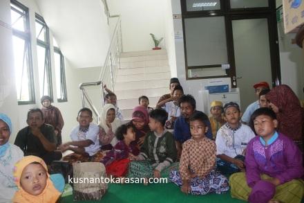 Anak-anak peserta beserta keluarga pendmping peserta Khitanan Massal