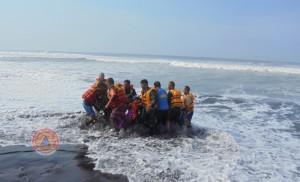 Penerjun-Mendarat-di-Laut-SAR-Bantul-Lakukan-Penyelamatan-300x182
