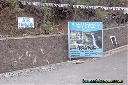Ujung jalan kompleks makam Giriloyo. Ke arah kanan menuju air terjun Sewu Watu.