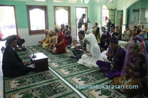 Doa bersama seluruh Pengantin di masjid Baitun Na'in , Saman Panggungharjo Sewon