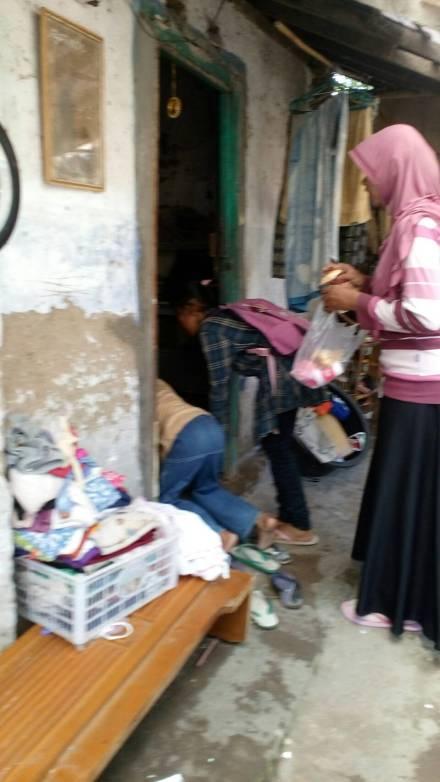 Akdi Berbagi Nutrisi 'door to door' menyambangi ke rumah-rumah yang ada ansk-anak yang pantas diberi.