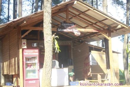 Kantor kesekretariatan  pengelola wisata Puncak Pinus Becici