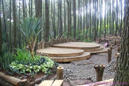 Panggung teater di kawasan wisata Hutan Pinus