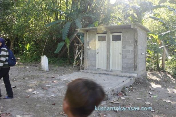 Ada kamar kecilnya juga