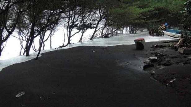 Kondisi pantai Kwaru saat diterjang air pasang/rob pada Rabu  8 Juni 2016