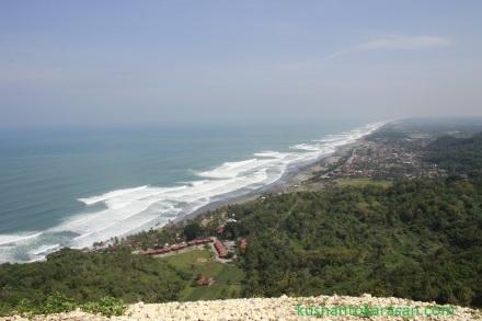 View pantai Parangtritis dari ketinggian Bukit Paralayang