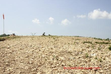 Hamparan kerikil bebatuan kapur di puncak Bukit Paralayang