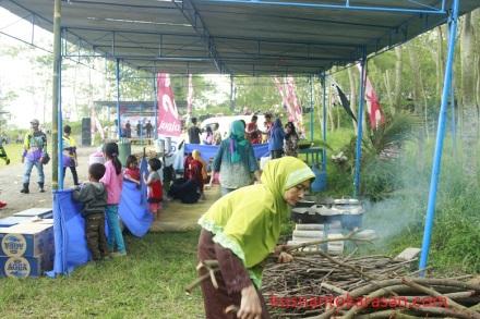 Ibu-ibu warga Srunen memasak untuk peserta SPA