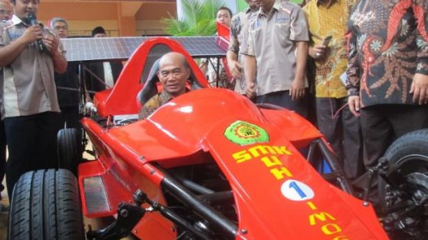 Pak Mendikbud 'njajal' mobil F1 karya siswa SMK 1 Imogiri Bantul. (www.tribunjogja.com)