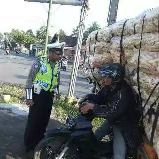 Ilustrasi - Pak Polisi terkesima dengan seorang pemotor yang overload