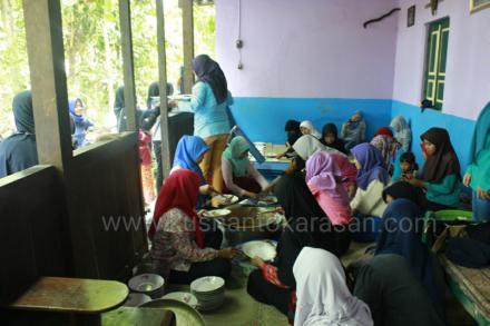 Ibu-ibu dan remaja putri menyiapkan 'logistik'