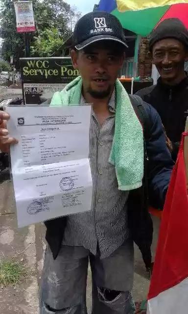 Suhodo (52 th) warga Nanggulan - Kulon Progolo niat berjalan kaki ke Istana Merdeka Jakarta