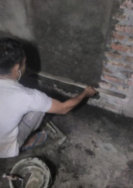 Kelebihan mortar diambil dengan bilah kayu reng