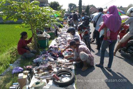 Riuhnya Kliwonan pasar Bantul