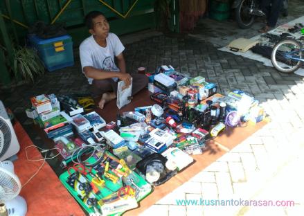 Penjual barang elektronik