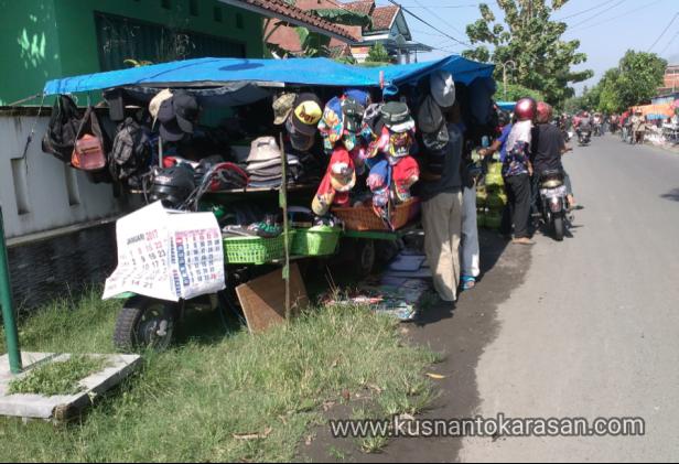 Penjual pakaian di pasar Klithikan Bantul