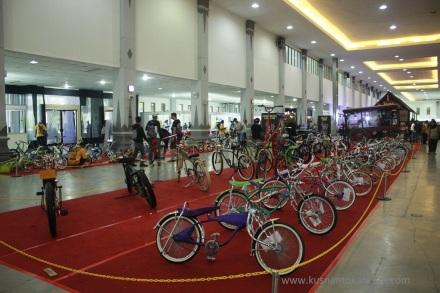 Tidak hanya yang bermotor saja, sepeda juga banyak dipajang