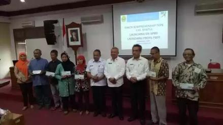 Penyerahan KIS APBD kepada 6 warga Bantul oleh Bupati