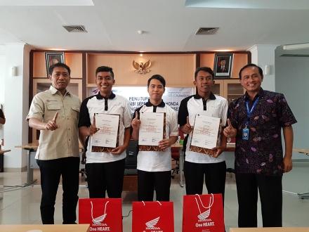 General Manager PT Angkasa Pura I (Persero) Adisutjipto Yogyakarta Agus Pandu Purnama (kanan) dan Technical Service Region Head Astra Motor Yogyakarta Hery Suryo Indratno (kiri) berfoto bersama dengan tiga peserta terbaik program pelatihan tahun 2016 (tengah).