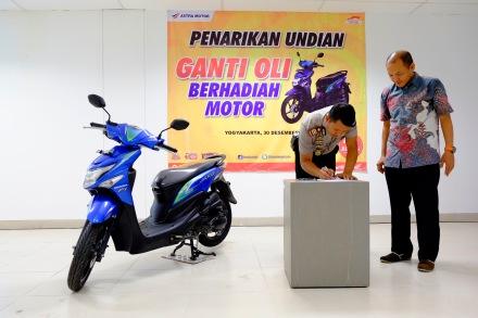 Kapolsek Mlati Supriantoro SH, S.IK (kiri) didampingi oleh Notaris Susanto Danny Prasetyo, SE, SH, M.Kn menandatangani berita acara pengambilan Undian Ganti Oli di AHASS Berhadiah Motor.