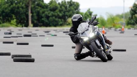 "Tak hanya menggunakan teknik ""lean with"", untuk memaksimalkan potensi yang dimiliki oleh All New Honda CBR250RR pada sektor handling beberapa peserta yang telah mahir menggunakan teknik ""lean in"" yang lazim digunakan oleh pengendara motor sport untuk dapat menaklukkan tikungan dengan lebih cepat."