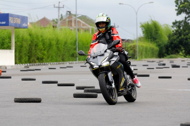 Tak hanya menarik bagi kaum Adam, dalam perhelatan CBR250RR Riding Experience (22/12) beberapa lady bikers turut merasakan performa All New Honda CBR250RR di sirkuit non permanen yang telah disiapkan.