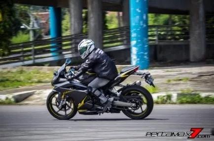 Melaju diiatas Honda CBR 250 RR