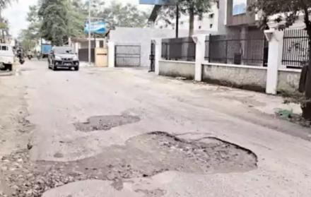Jalan berlubang di Bantul (krjogja.com)