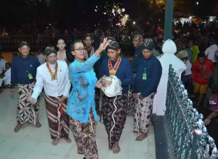 GKR Mangkubumi saat sebar udhik-udhik dalam prosesi Miyos Gangsa