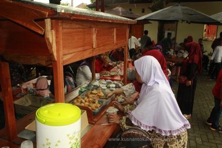 Angkringan gratis untik keluarga peserta Supitan Bareng