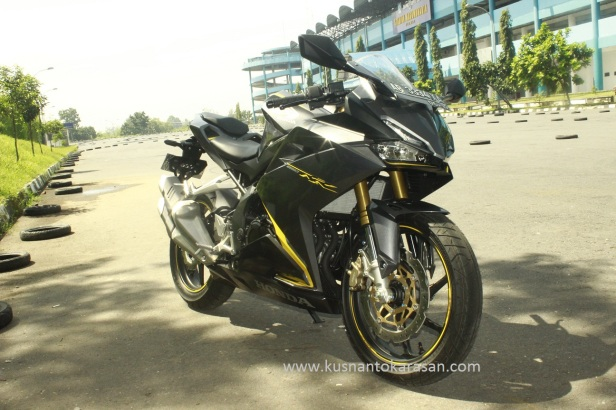 Tampak samping depan kanan all new Honda CBR 250 RR