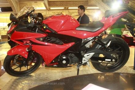 Tampak samping kiri Suzuki GSX-R 150 warna merah