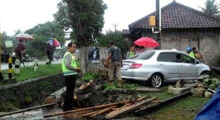 Honda civic masuk parit di jl Parangtritis Patalan, Jetis Bantul