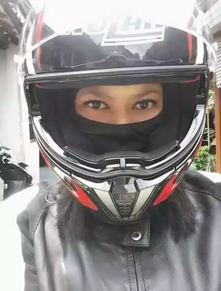 Lies April Yanti wear helmet (dok. Pribadi)