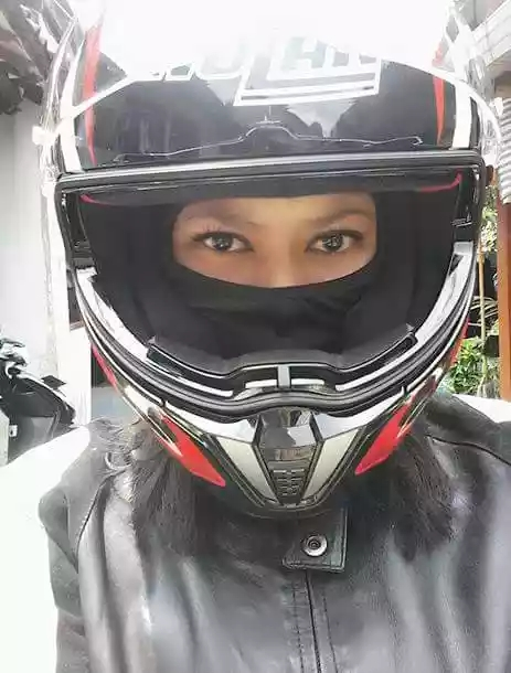 Lies April Yanti wear helmet (dok. Pribadi)