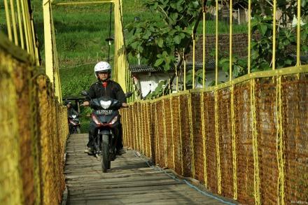 Ilustrasi - All New Honda Supra GTR 150 saat melintas jembatan gantung Imogiri