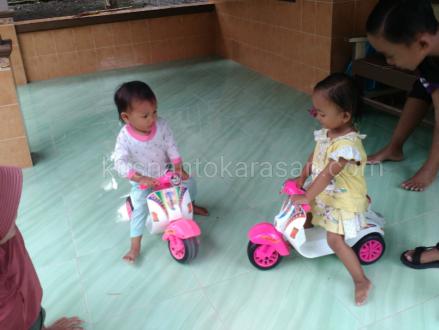Anak-anak naik mainan vespa klasik