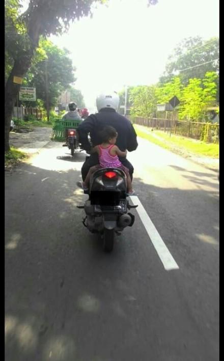 Anak kecil dibonceng di belakang