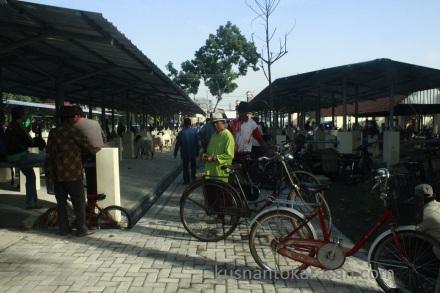Aktifitas jual-beli sepeda bekas di pasar Hewan Pandak