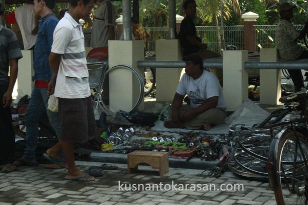 Penjual Klithikan di pasar Hewan Pandak