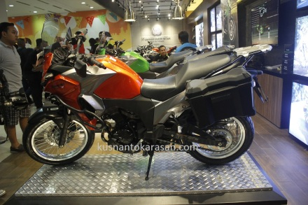 Kawasaki Versys X 250 tourer warna candy burn orange