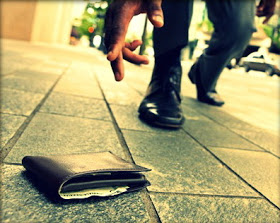 Ilustrasi - dompet jatuh di jalan