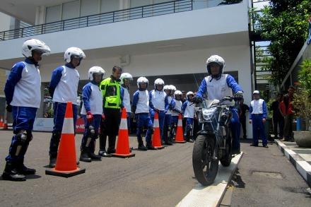 Triyanto, salah Satu instruktur Safety Riding Astra Motor Yogyakarta mendemonstrasikan cara menjaga keseimbangan dalam papan titian / narrow plank di depan peserta pelatihan yang berasal dari PT Sari Husada - Yogyakarta (13/10) di Astra Motor Safety Riding Center Yogyakarta.
