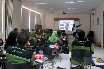 Jajaran guru SMK Ma'arif 1 Wates mengikuti sesi teori dalam edukasi keselamatan berkendara bersama Astra Motor Yogyakarta (16/08). Dalam sesi teori ini peserta dibekali dengan pengetahuan keselamatan berkendara, rambu-rambu lalu lintas, prediksi bahaya di jalan raya, hingga fitur-fitur keselamatan yang ada di sepeda motor Honda.