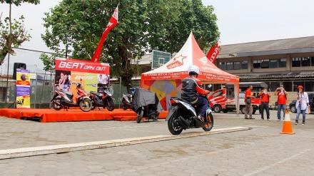 Salah satu pelajar menaklukkan tantangan Narrow Plank yang menjadi salah satu materi pokok pelatihan Safety Riding di SMK Muhammadiyah 3 Yogyakarta (24/09) dalam kegiatan All New BeAT eSP Fun Rally 2016. Dalam materi ini peserta diajak untuk melatih keseimbangannya saat berkendara.