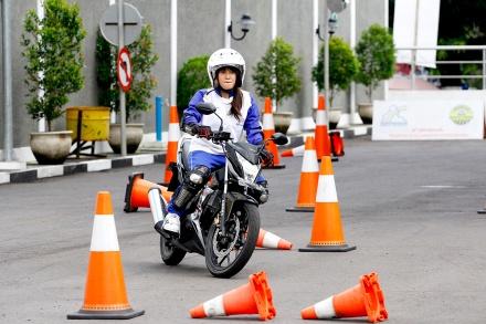 Salah satu lady biker dari komunitas Itasha region Jogja mencoba menyelesaikan materi slalom course dalam pelatihan safety riding bersama Astra Motor di Astra Motor Safety Riding Center (29/10). Dalam materi ini peserta dituntut untuk dapat menaklukkan berbagai jenis tikungan