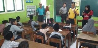 20 siswa sedang di bina oleh Iptu