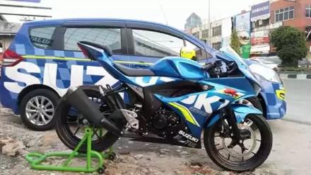 Suzuki Ertiga dicat warna biru team Suzuki Ecstar MotoGP