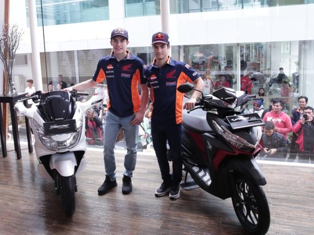 Marc dan Dani berfoto bersama motor Honda PCX serta Honda Vario 150.