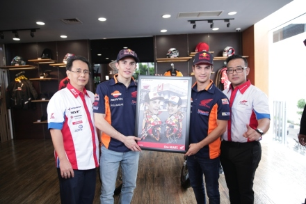 Marc dan Dani menandatangani karikatur sebagai kenang-kenangan untuk Astra Motor Center Jakarta